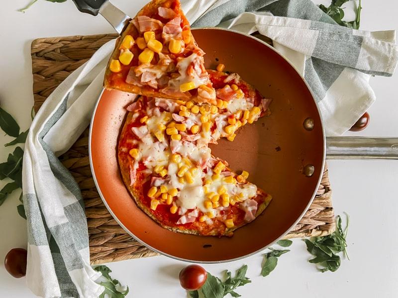 pizza al sartén con maíz